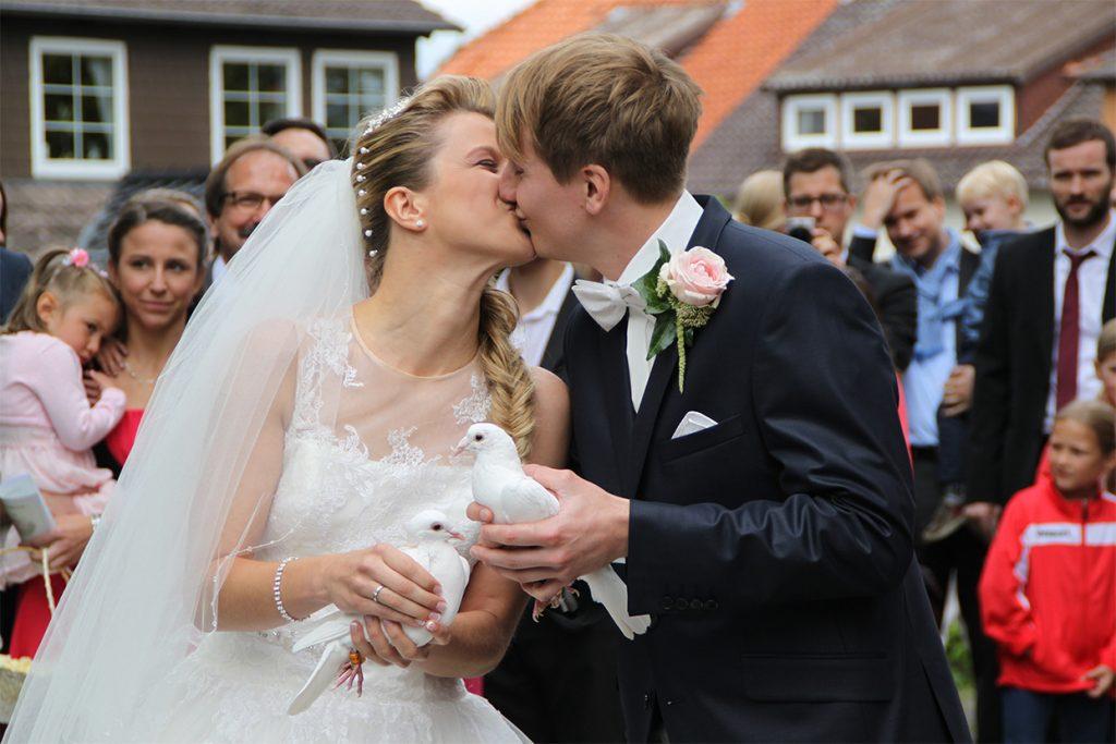 Ein sich küssendes Brautpaar