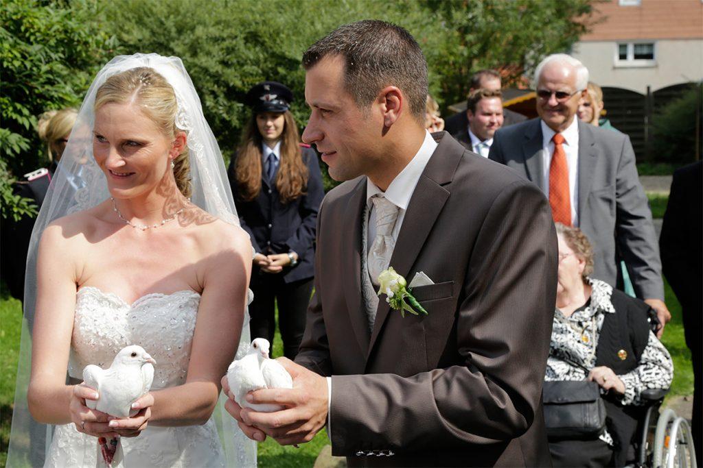 Ein glückliches Brautpaar mit Tauben